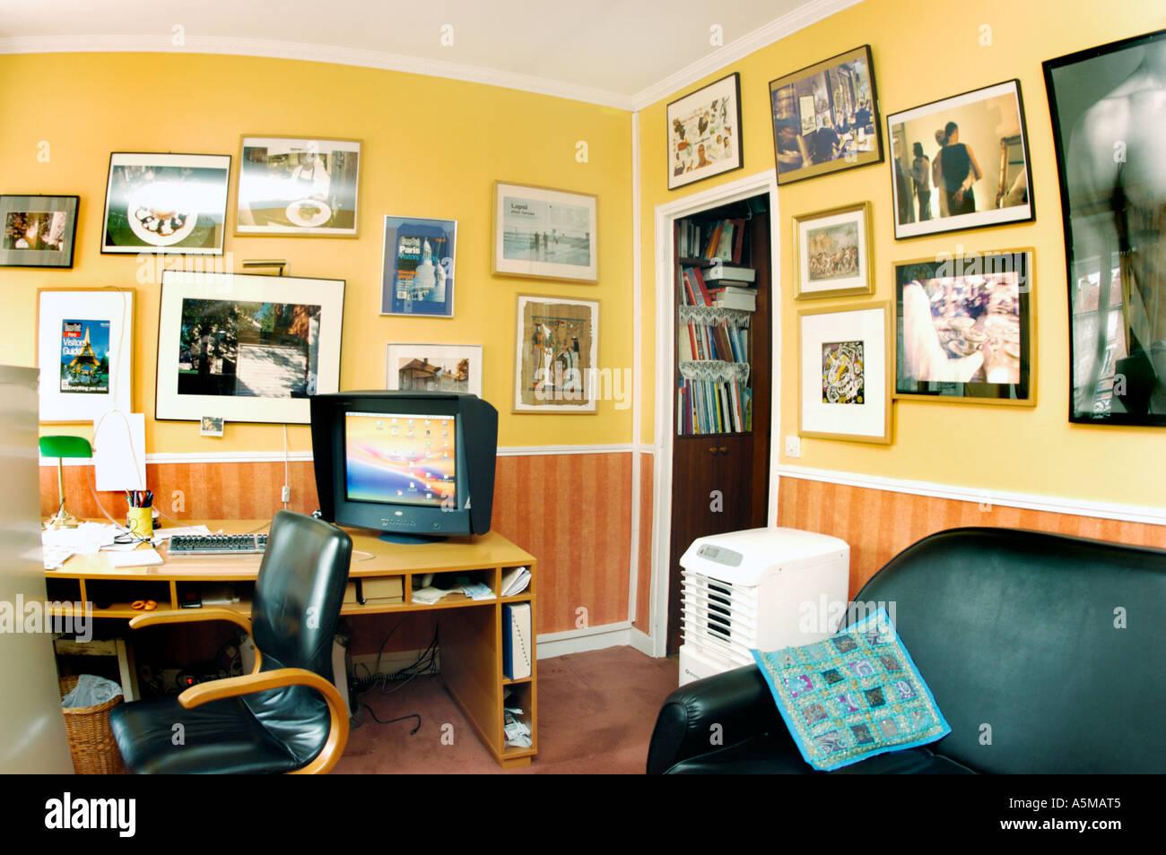 Intérieur rénové salle de séjour, bureau, dans un appartement, Coopérative 'Avant' rénovation (voir image BNGT4X pour après) Photo Stock