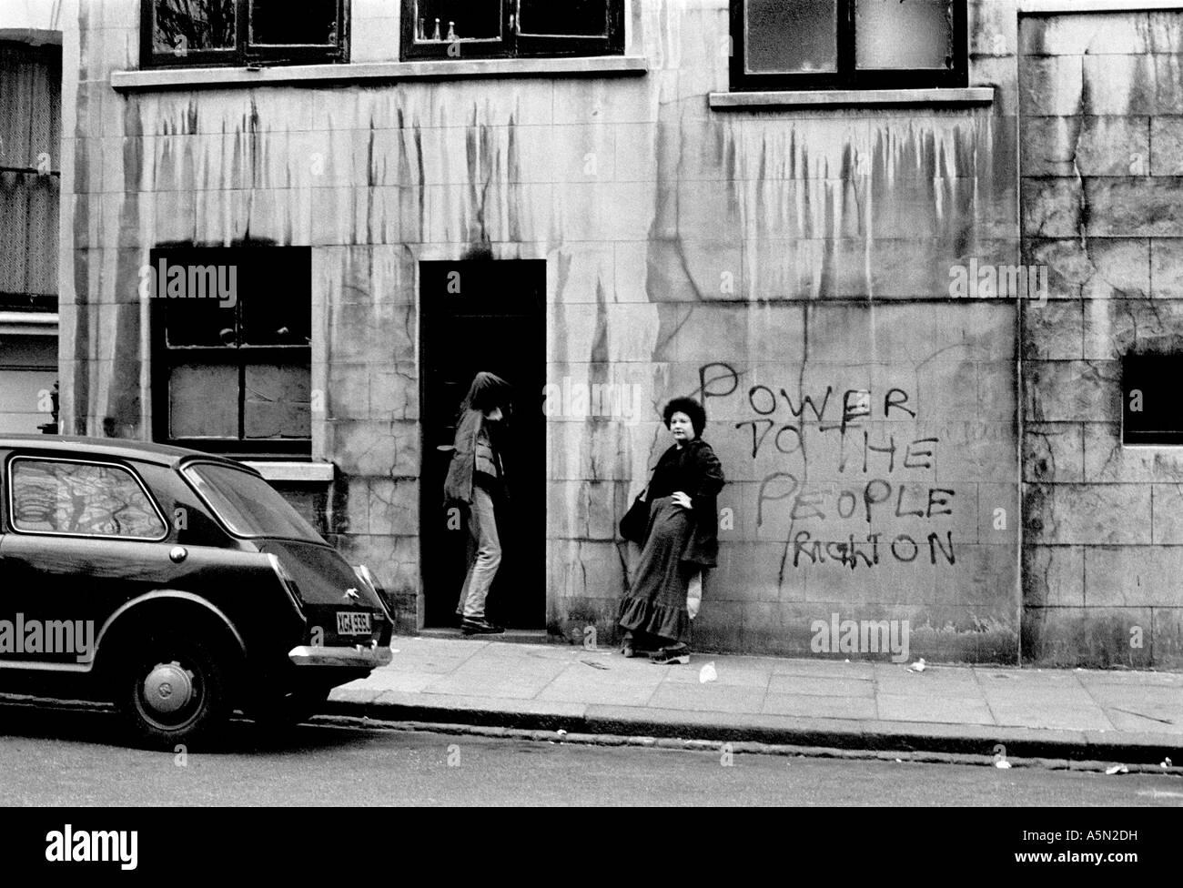 Les hippies dans Notting Hill Gate au début des années 70. Banque D'Images