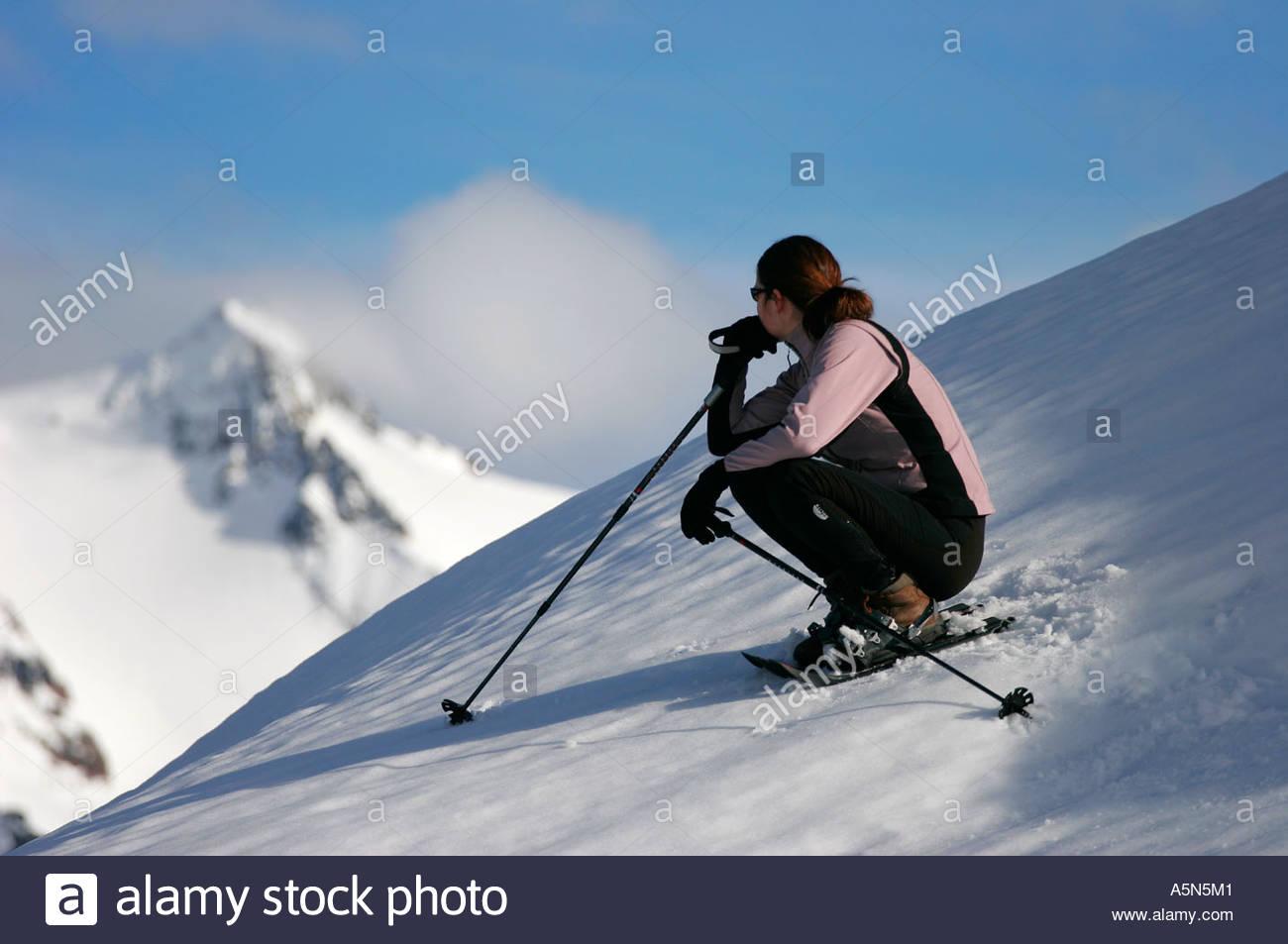 Femme en raquettes à neige dans les North Cascades en vue sur le mont Shuksan, Washington Photo Stock