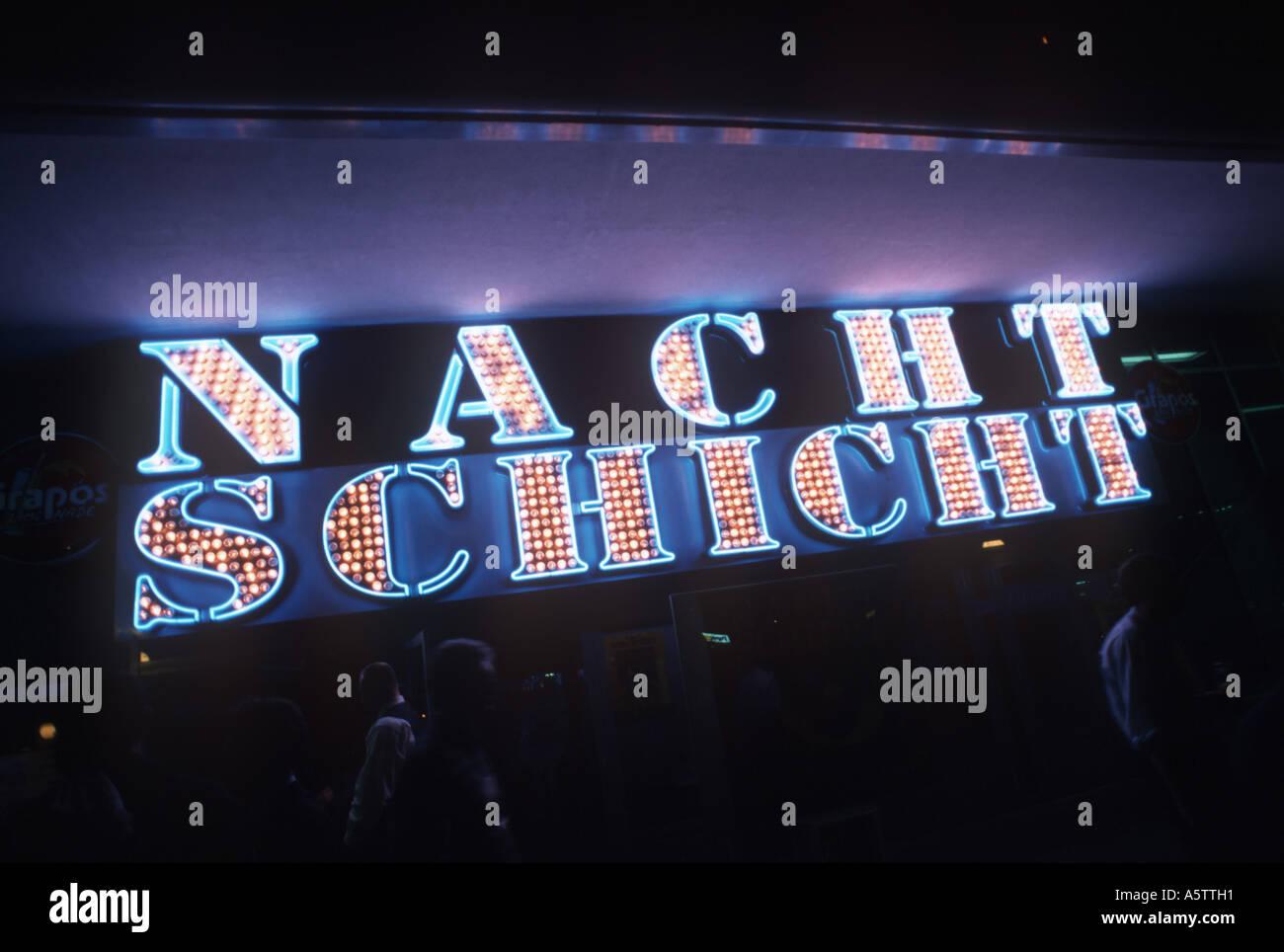 L'annonce d'un néon nuit club appelé Nachtschicht Banque D'Images