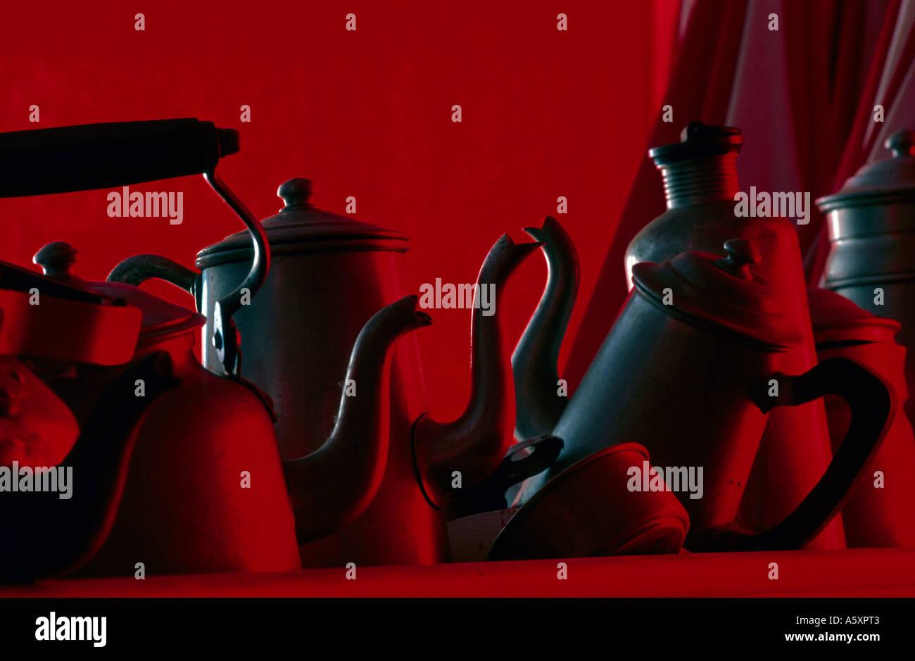 Collection d'ustensiles de cuisine en aluminium sur un fond rouge. Collection d'ustensiles en aluminium sur fond rouge Photo Stock