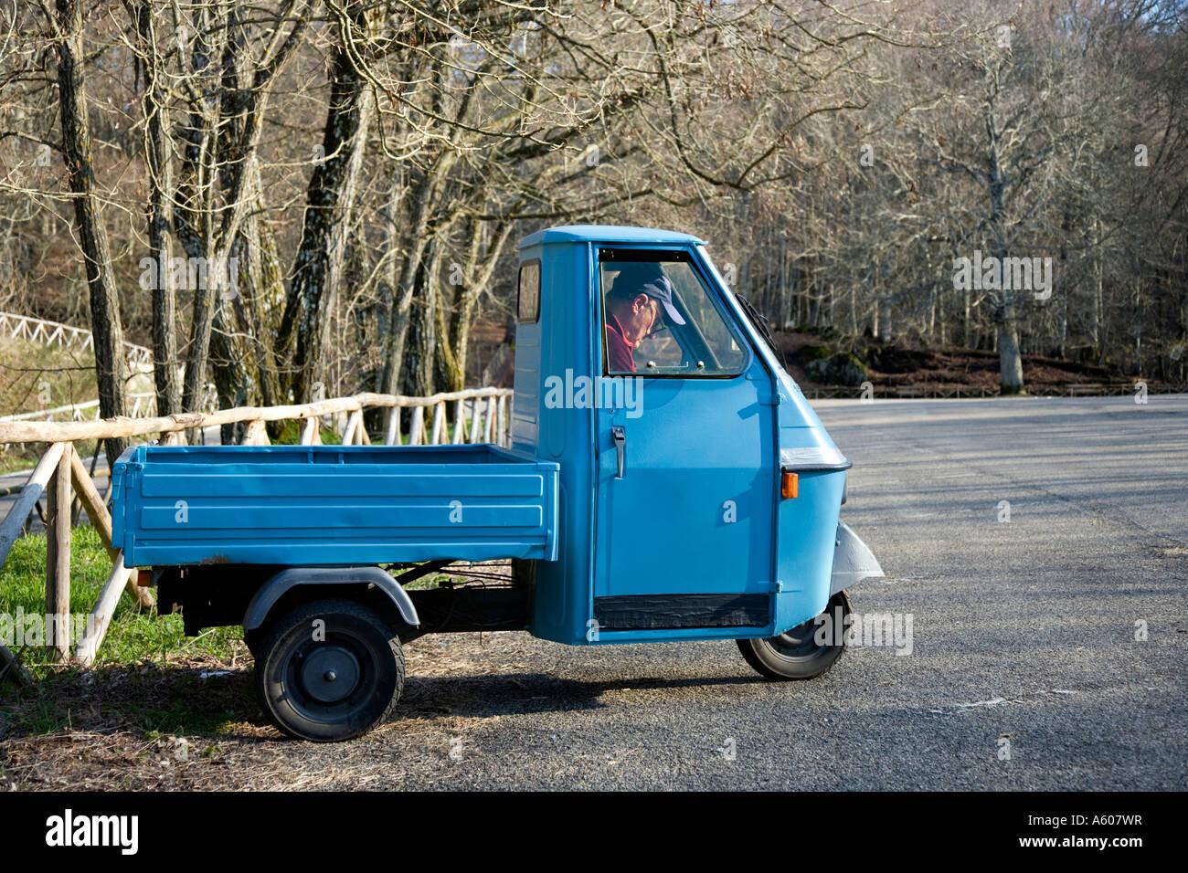 homme l 39 int rieur d 39 un 3 roues piaggio ape petite camionnette italienne banque d 39 images photo. Black Bedroom Furniture Sets. Home Design Ideas
