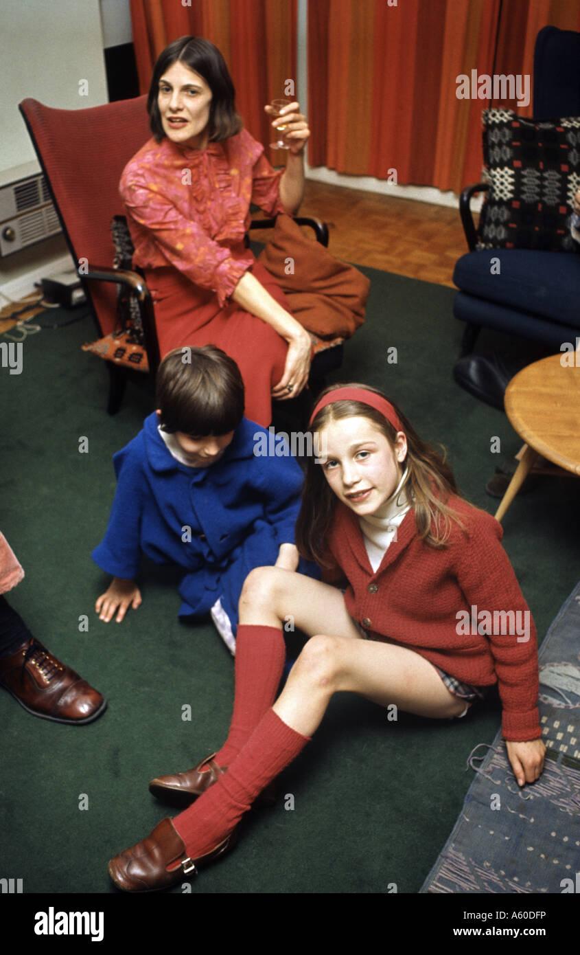 Photo de famille historique se prélasser dans leur salle de séjour dans les années 1960 Photo Stock