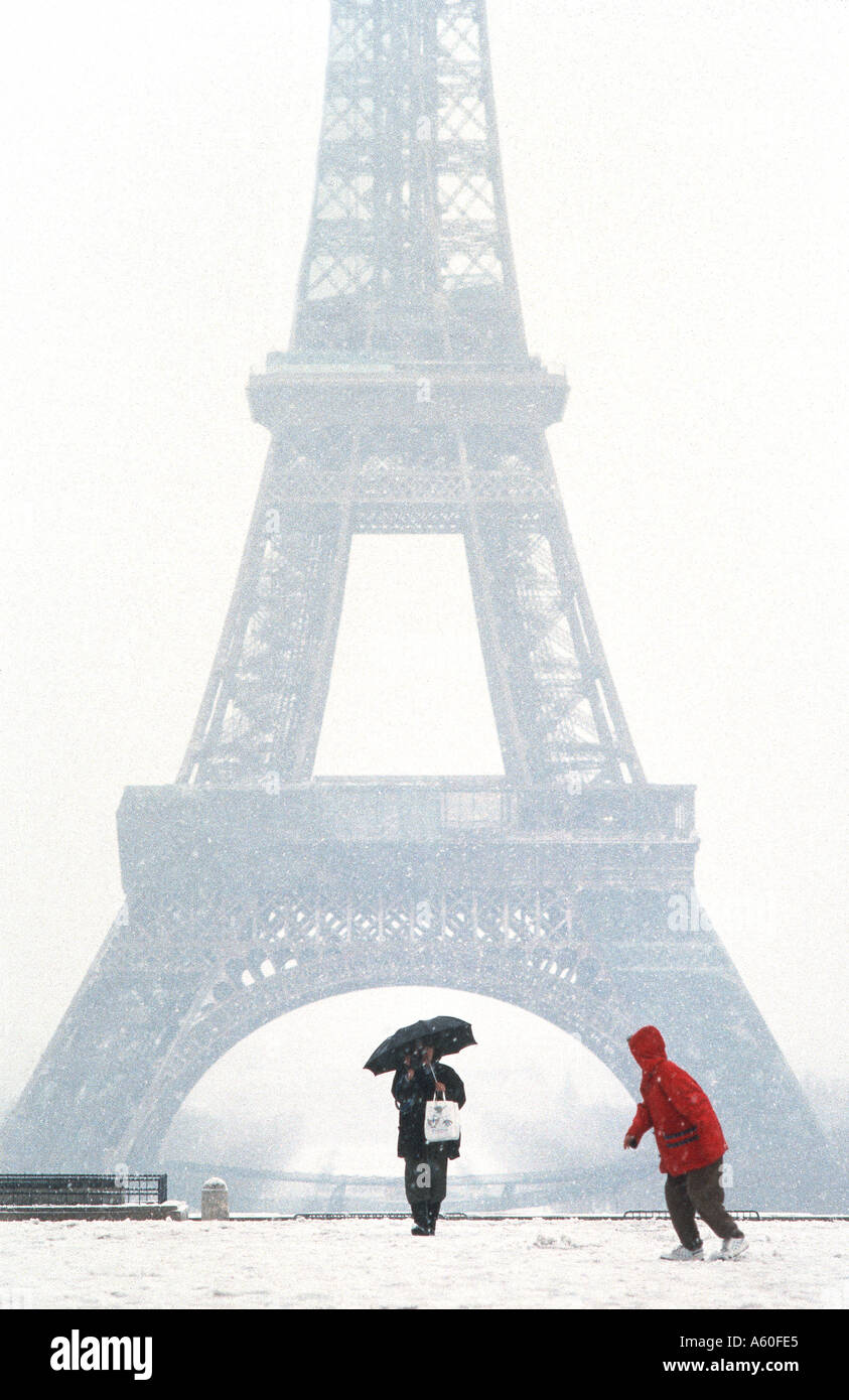 Les touristes promenading en hiver, paris france, 'tour eiffel' vue depuis le Trocadéro en tempête Photo Stock