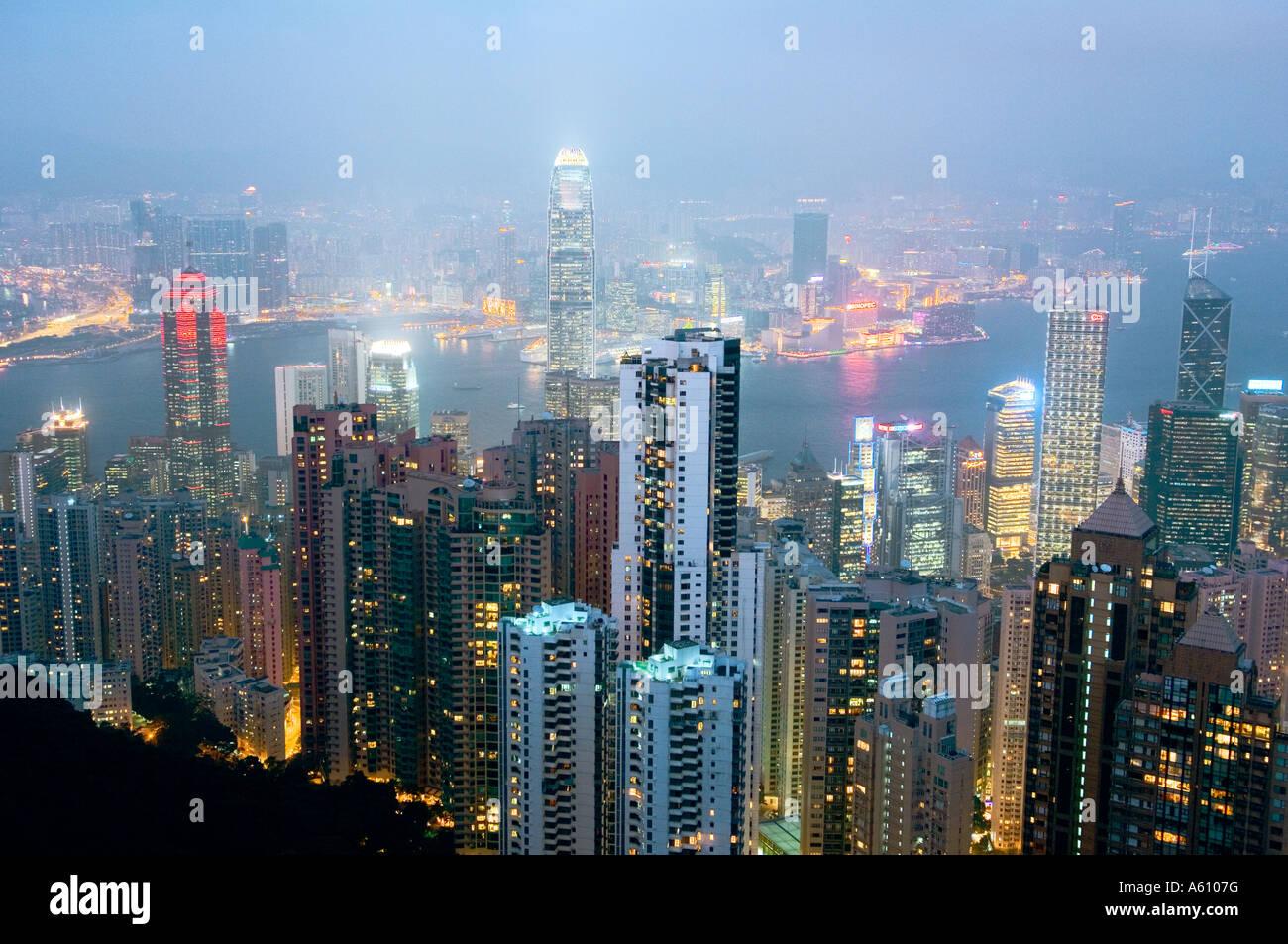 L'île de Hong Kong. La tombée de la vue depuis le Pic Victoria sur les gratte-ciel du centre-ville Photo Stock
