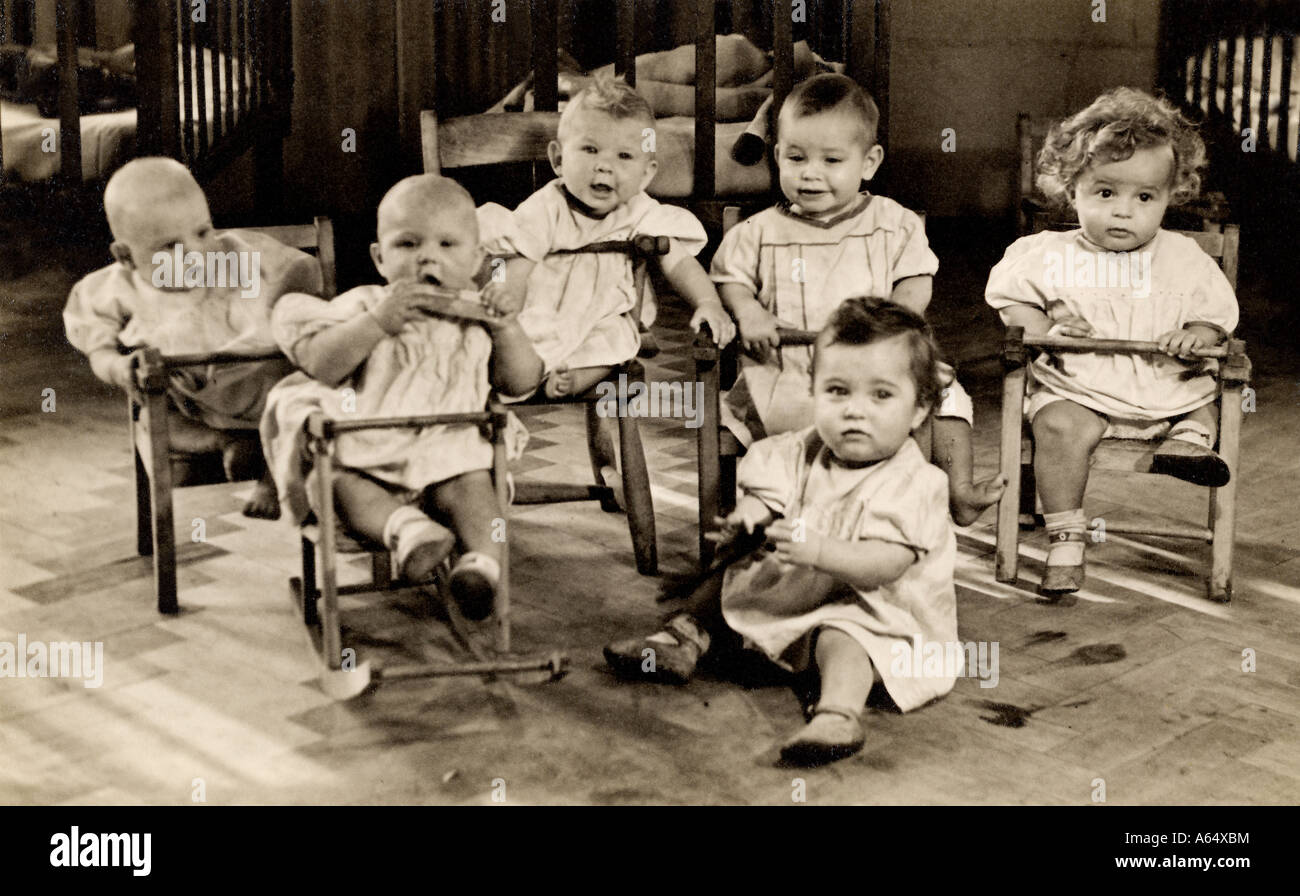 Image inhabituelle de six bébés dans une pouponnière de l'Est de Londres au début des années Photo Stock