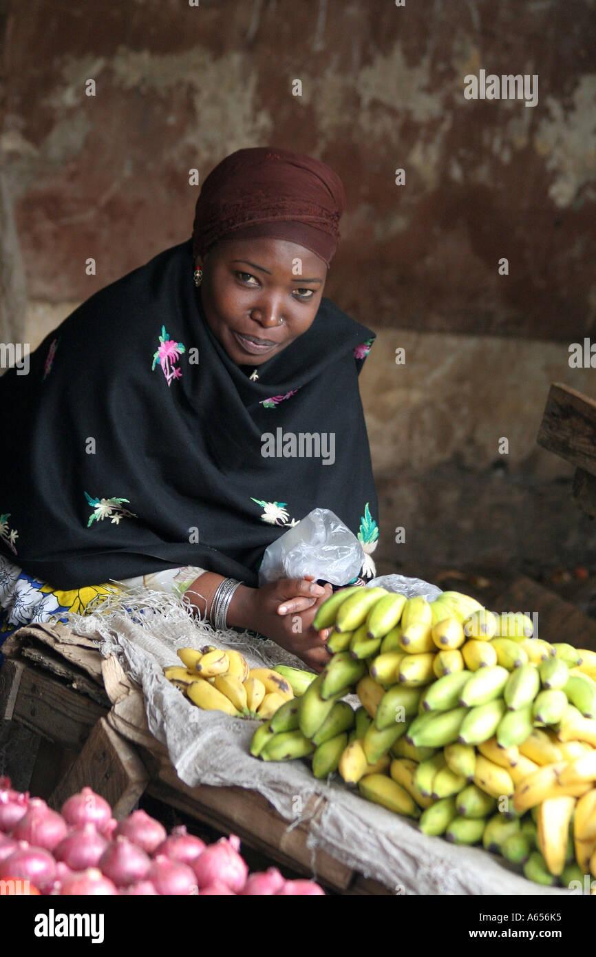 Nairobi, Kenya, femme dans un marché de fruits frais de vente Banque