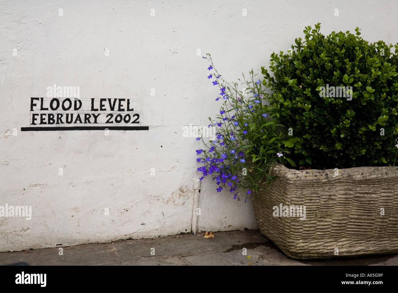 Haut niveau d'inondation marque sur le mur d'une chambre à côté on