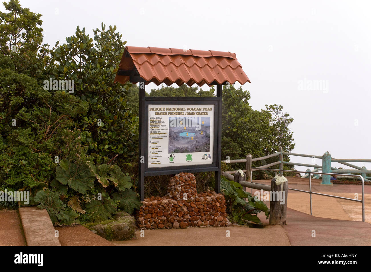 Signe touristique au cratère Botos, volcan Poas, au Costa Rica Banque D'Images