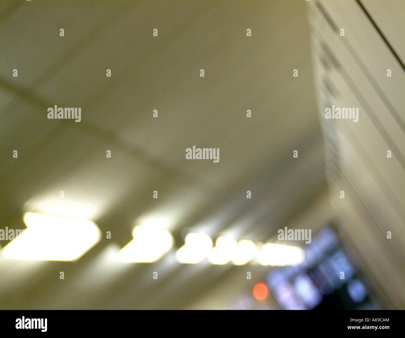 Résumé d'architecture floue de couloir de l'éclairage. Photo Stock