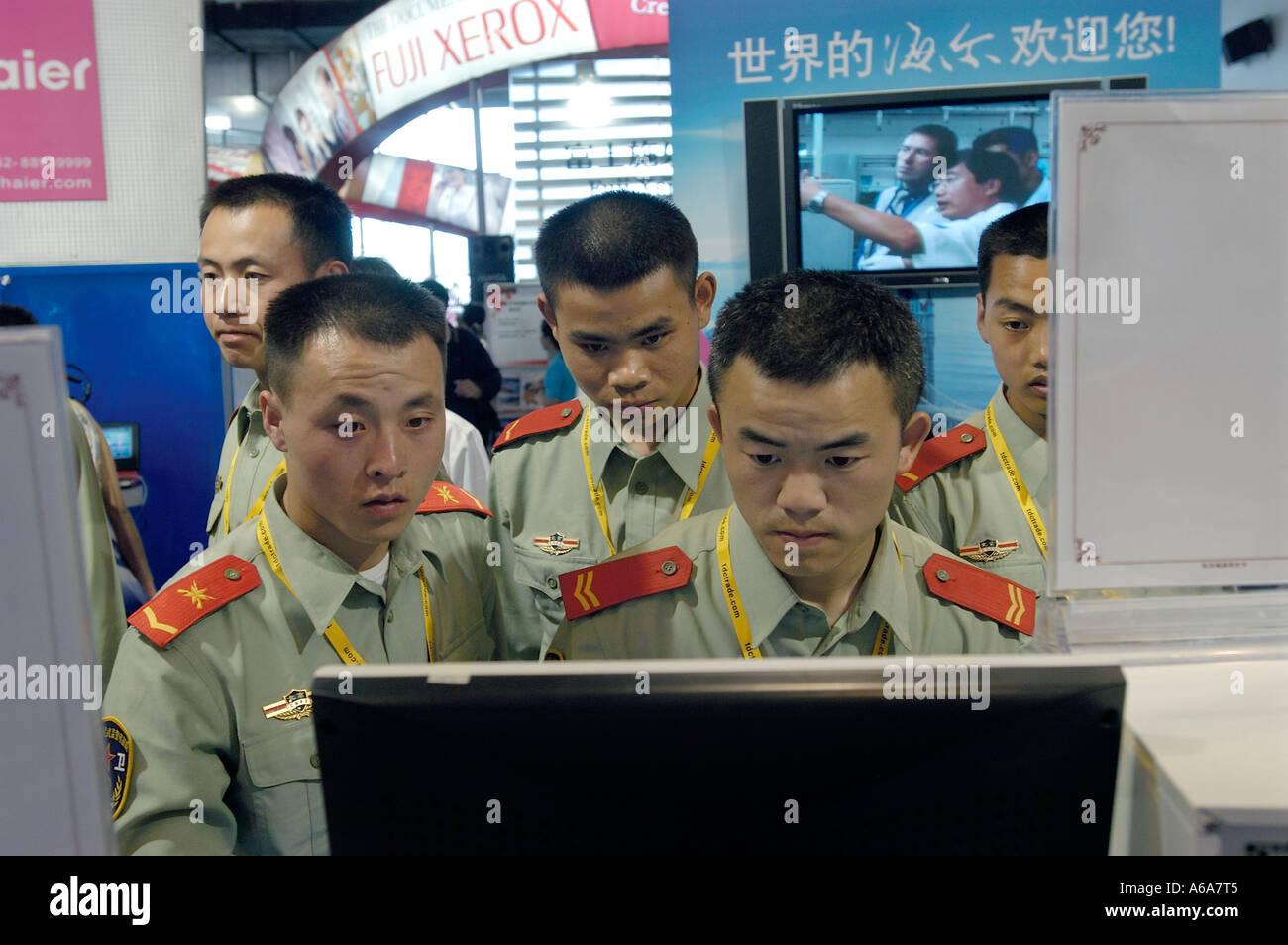 PLA hommes utilisent les ordinateurs de Haier International High-tech expo à Beijing, Chine. 26 Mai 2005 Photo Stock
