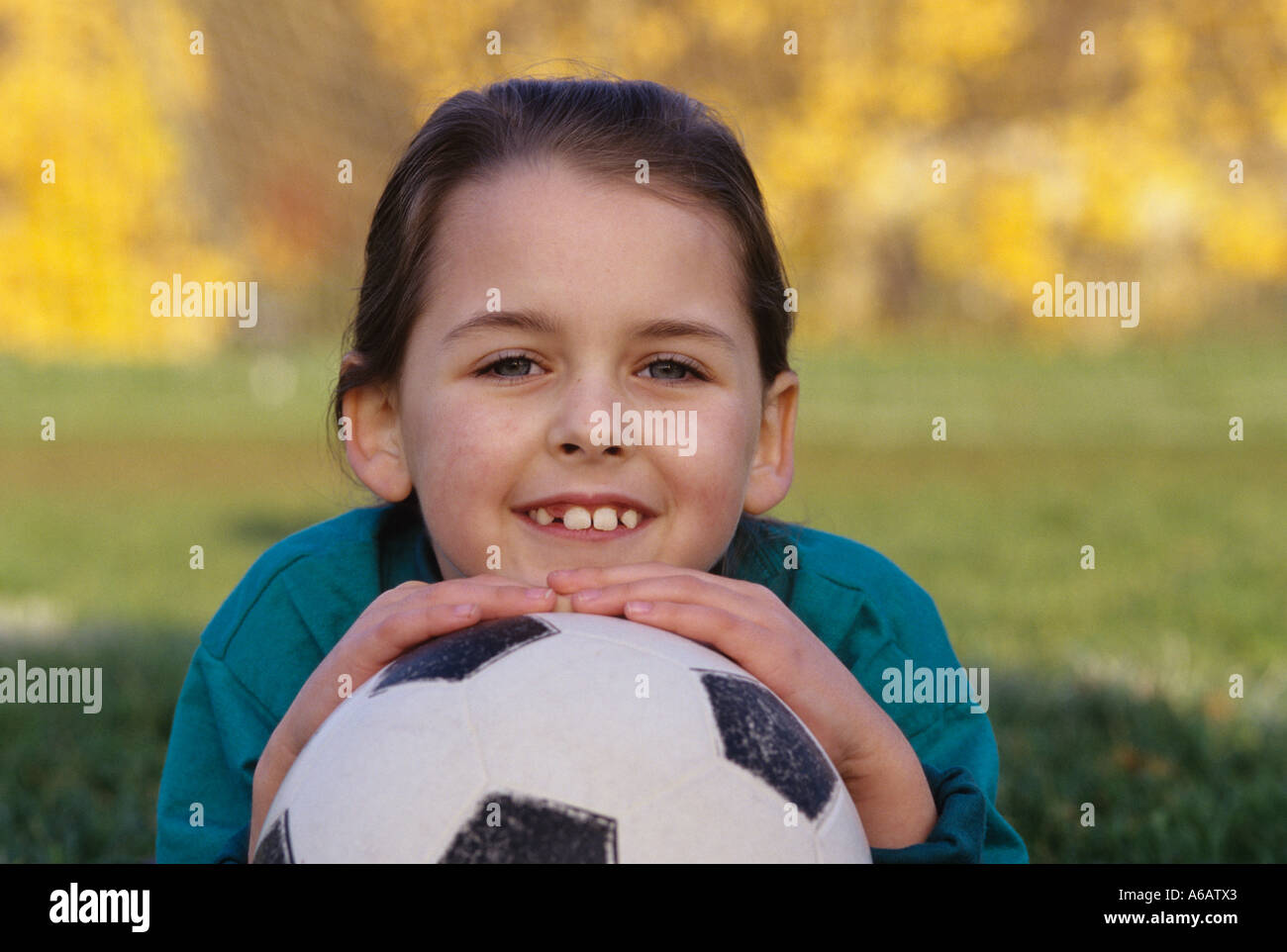 Jeune fille 7 ans holding soccer ball smiling portrait de l'appareil photo dans l'État de Washington, USA M. Woodinville Photo Stock