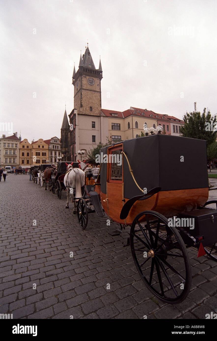 Les entraîneurs à cheval en attente pour les touristes à travers la ville de Prague Chechoslovakia Photo Stock