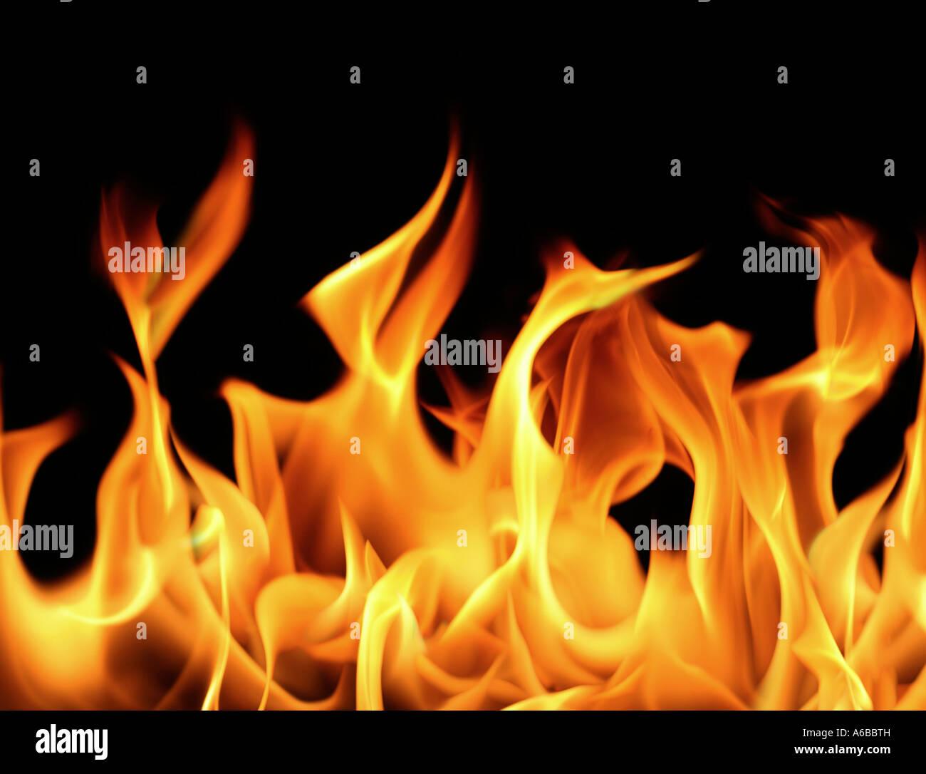 Close up de feu et flammes sur fond noir grand fichier Photo Stock
