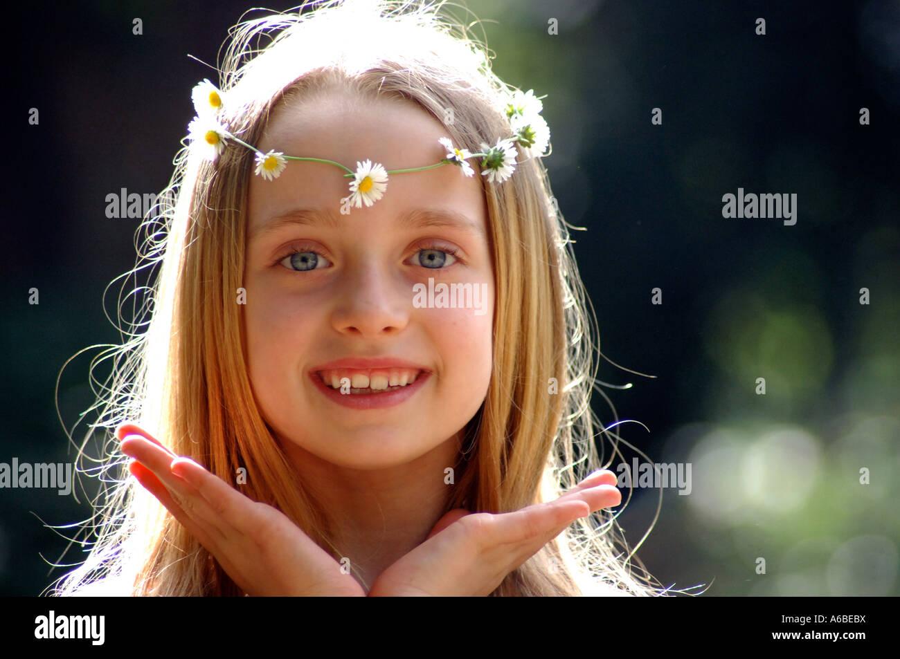 La jeune fille hippie avec chaîne à Londres park Banque D'Images