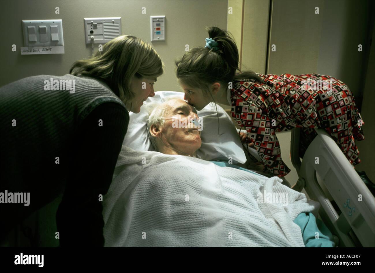 Fille et petite-fille du grand père à l'hôpital de réconfort Banque D'Images