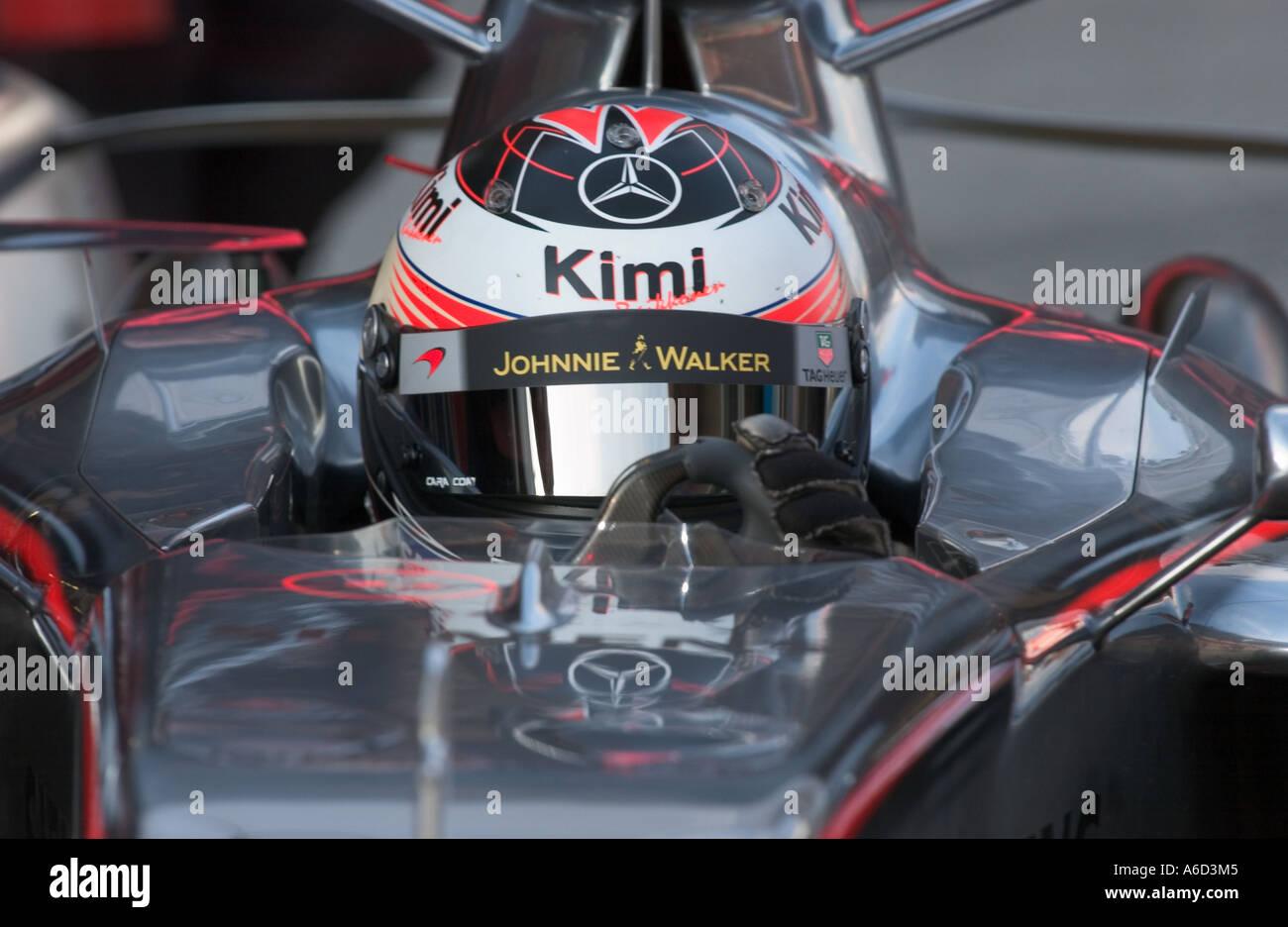 pilote de formule 1 kimi raikkonen fin dans sa voiture de course mclaren mercedes sur le circuit. Black Bedroom Furniture Sets. Home Design Ideas