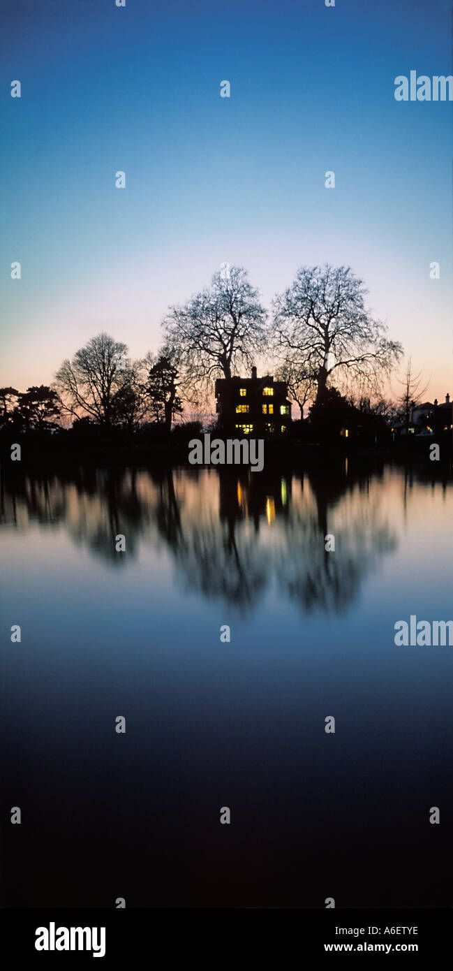 Chambre situé au milieu des arbres sur les rives de la Tamise Londres au crépuscule Photo Stock