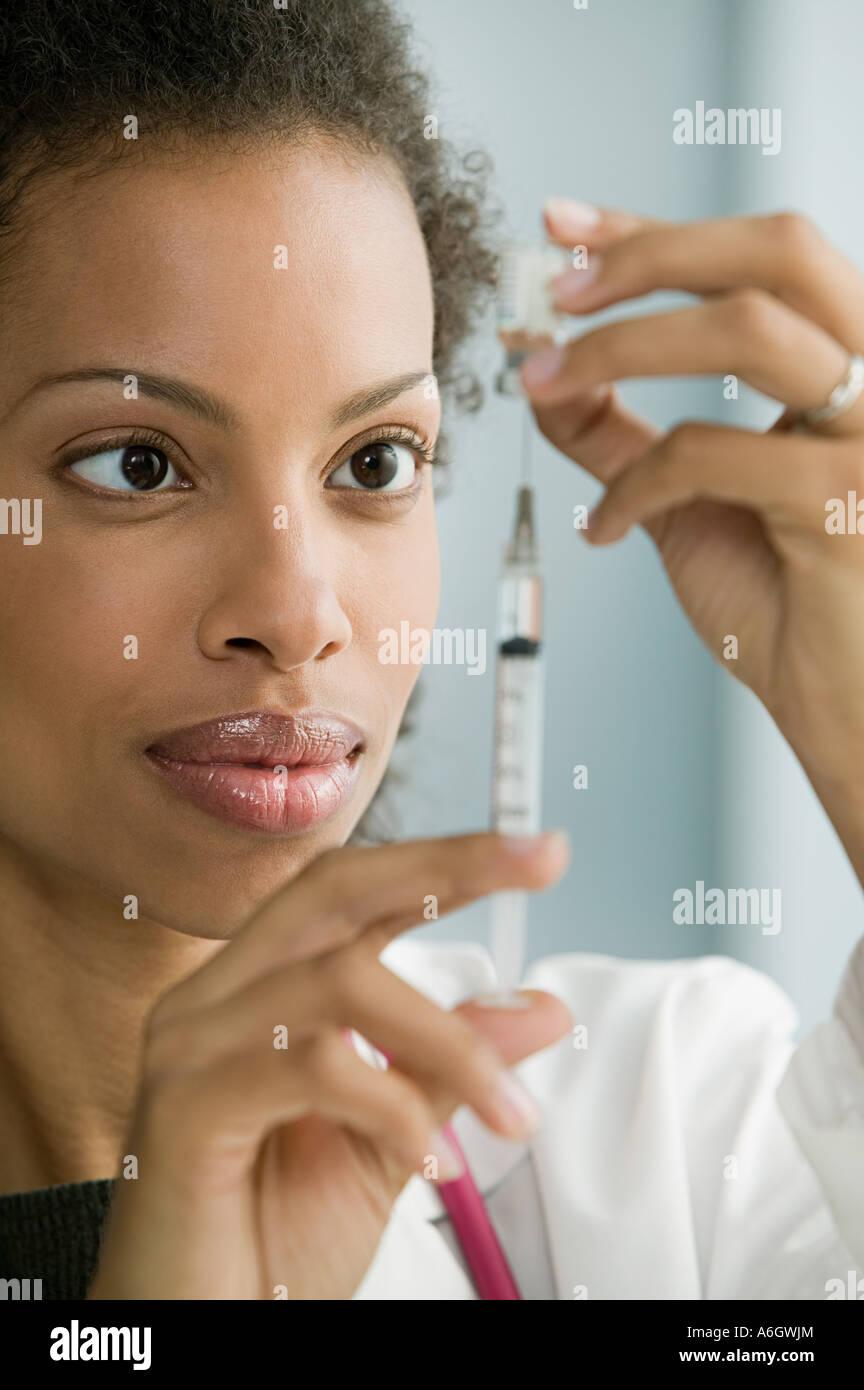 Doctor preparing syringe Banque D'Images
