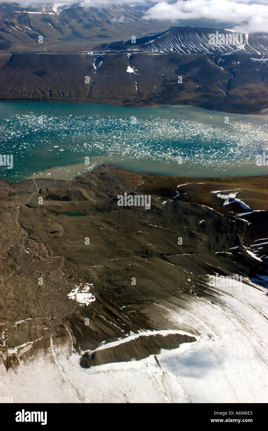 La NORVÈGE SPITSBERGEN SVALBARD Vue aérienne de recul des glaciers et le fiord Juillet Photo Stock