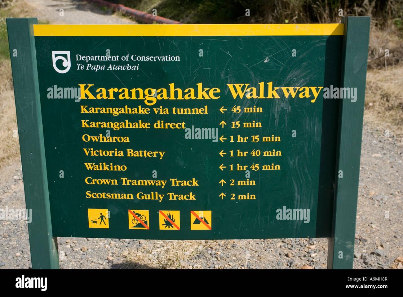 Département de conservation pour les marcheurs signe signe en entrée de Karangahake Paeroa allée Photo Stock