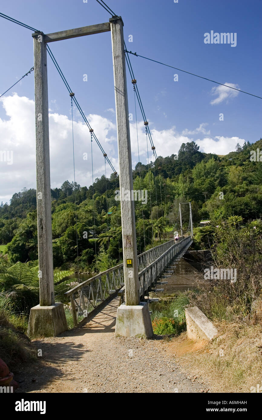 Pont suspendu au-dessus de la rivière Ohinemuri à entrée à Karangahake Gorge et promenade près Photo Stock