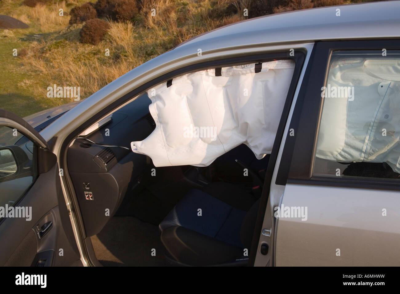 Toyota Corolla avec SRS airbag rideau latéral près de gonflé après ...