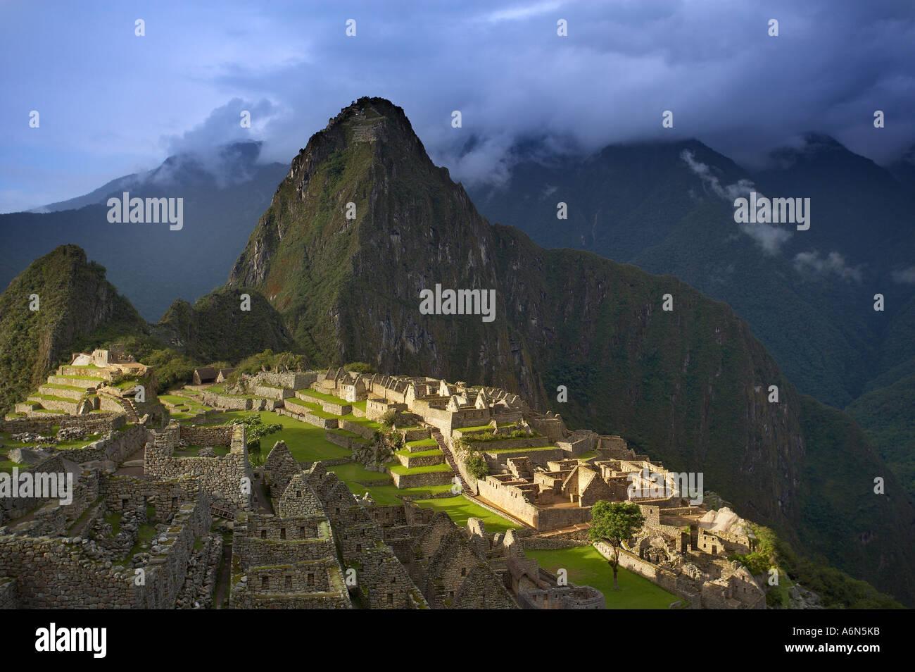 Les nuages de tempête sur le Machu Picchu Pérou Amérique du Sud Banque D'Images
