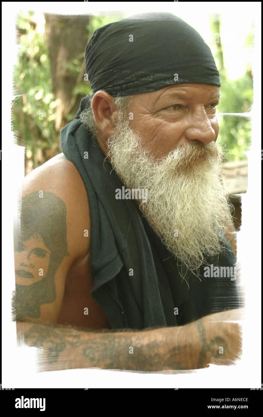 Vieux Barbu Blanc Hippie Photo Stock Vieux Barbu Blanc Hippie. A6NECE (RF). Un  gars portant des vêtements décontractés et sur la vieille paire de lunettes  ... 7da91bc160e0