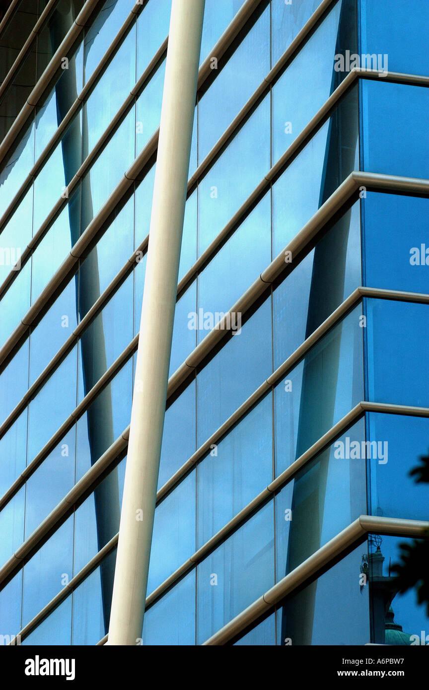 Cna77434 diagonale horizontale et poutres en acier utilisés dans la construction moderne en verre, Bangalore, Inde Photo Stock