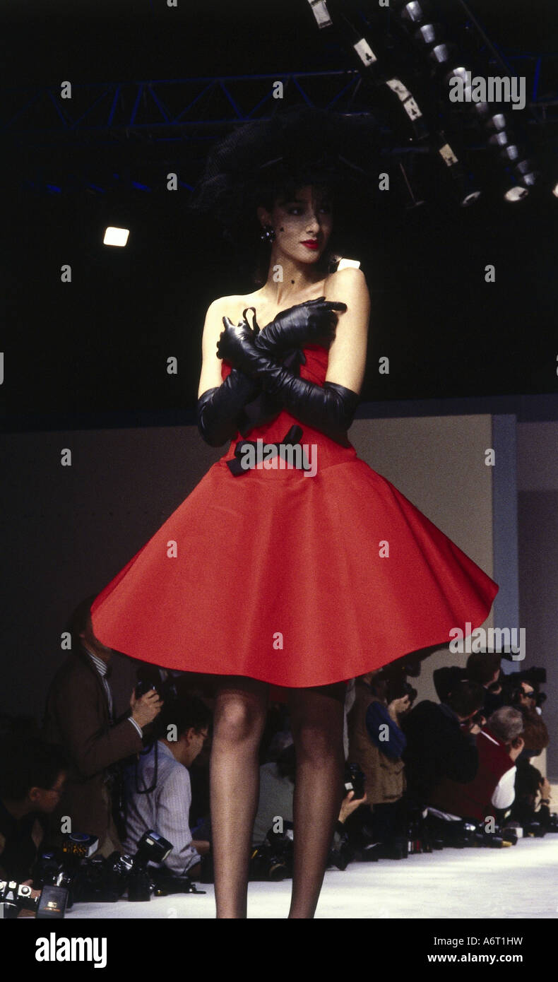 La mode, les années 80, mannequin, pleine longueur, portant robe, podium ad72e617c5d