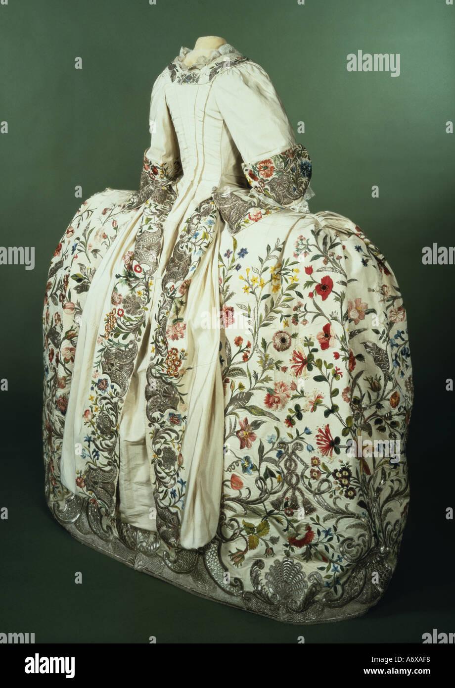 Mantoue et le jupon. Fil d'argent et de soie brodé. L'Angleterre, milieu du 18e siècle. Photo Stock