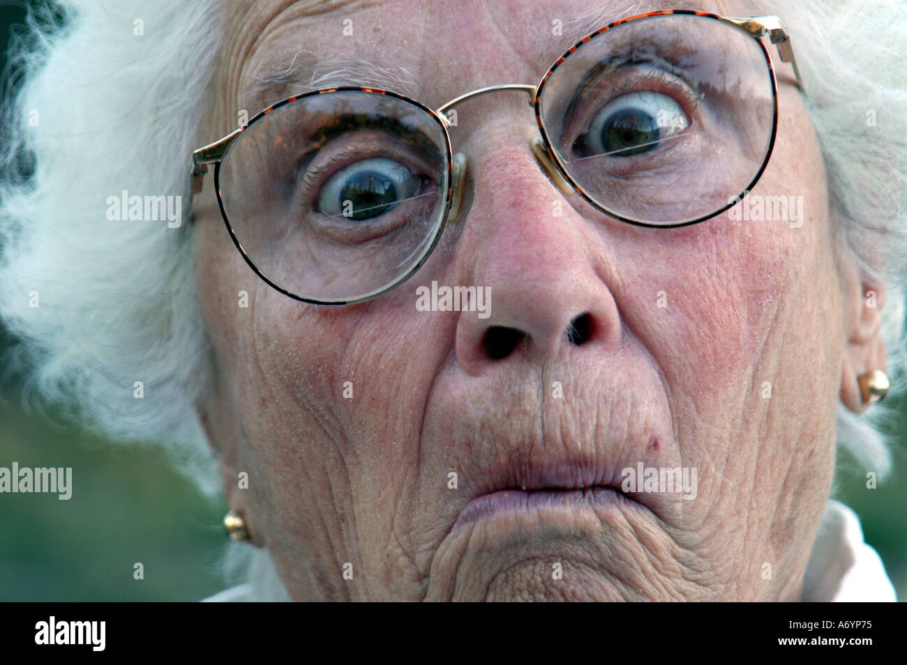 Femme Agee Faire Drole De Visage Photo Stock Alamy