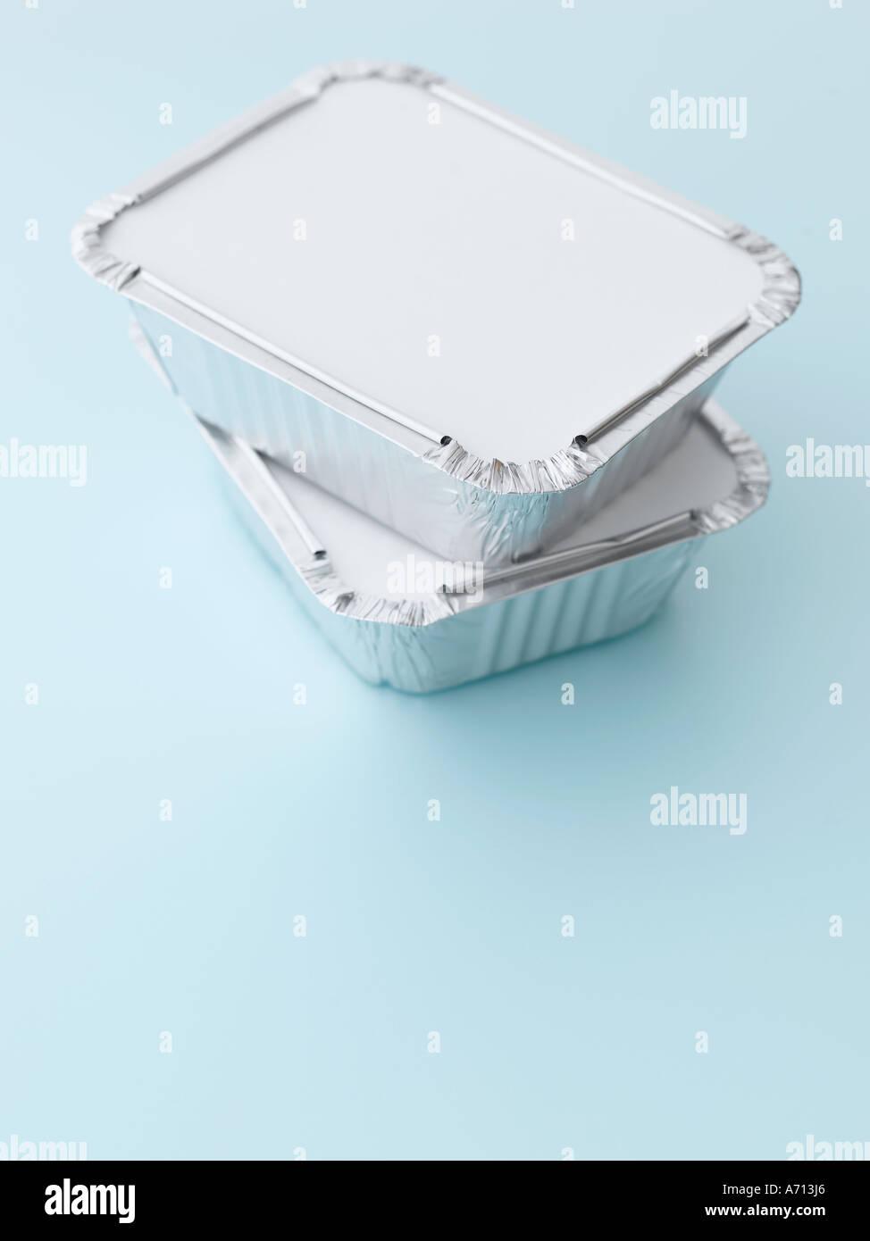 Emporter deux conteneurs empilés sur fond bleu pâle - haut de gamme image numérique Hasselblad 61Mo Photo Stock