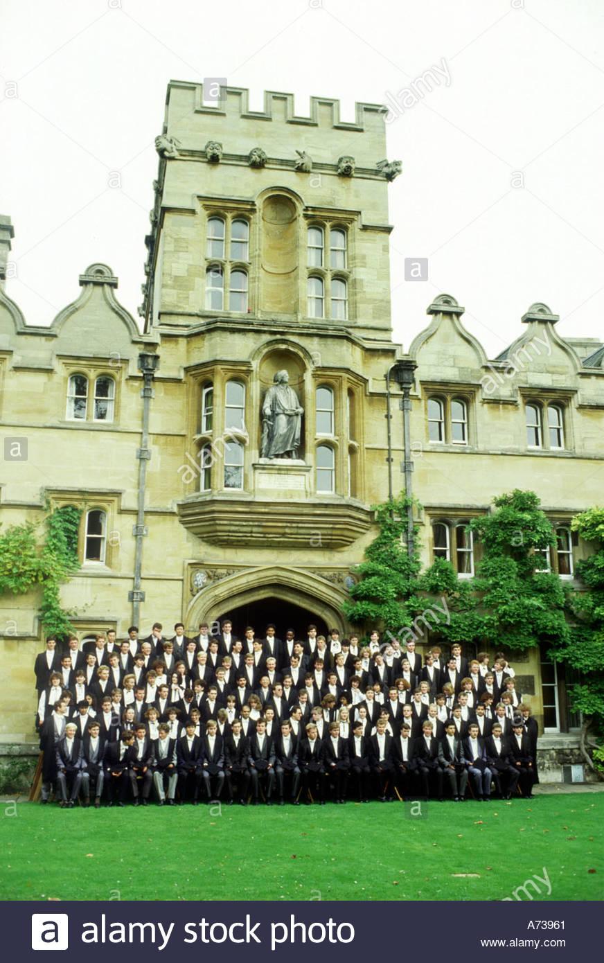 Les étudiants de première année de poser pour une photo de fin d'études à l'University College à Oxford Photo Stock