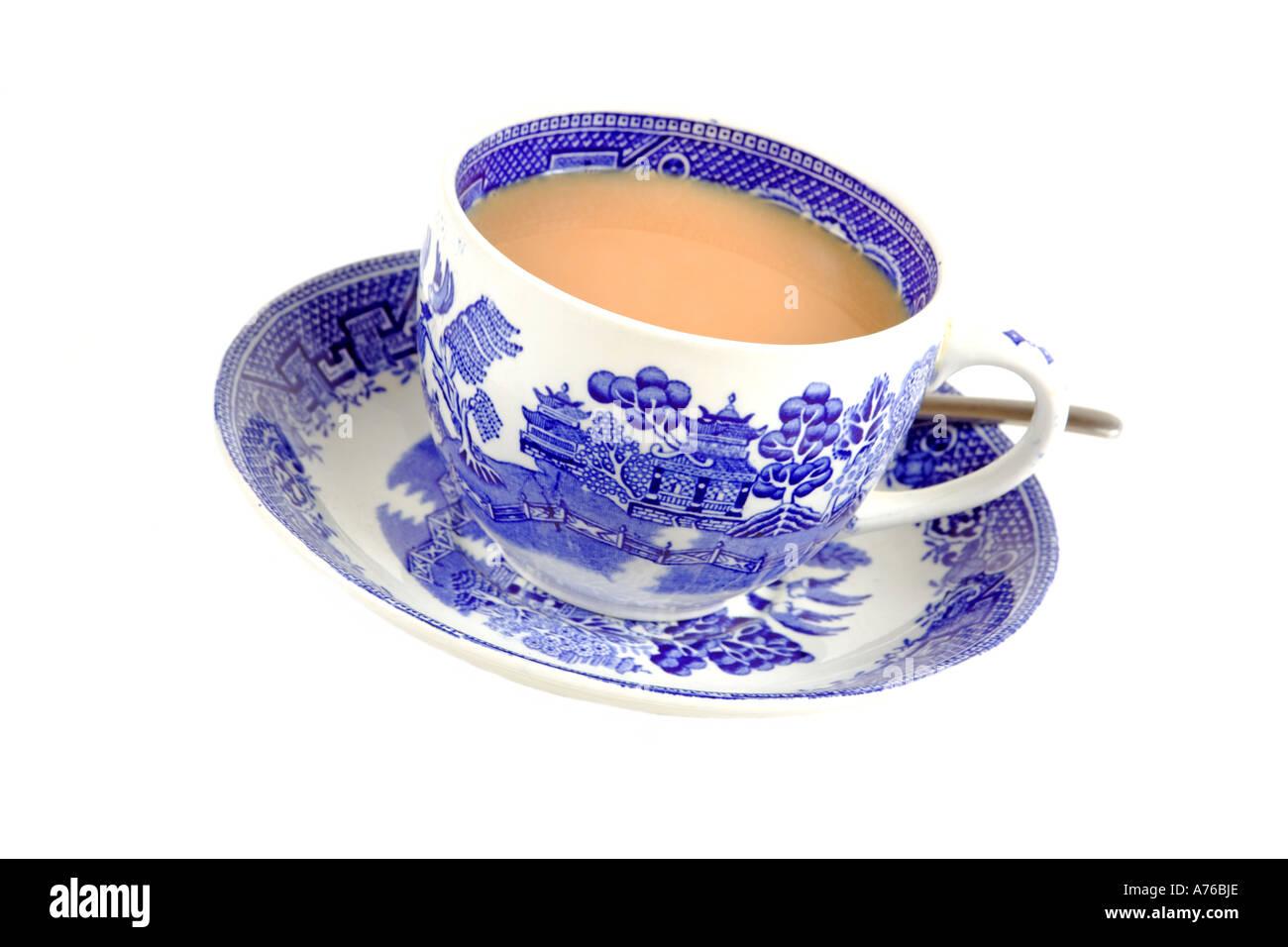 Tasse de thé fraîchement infusé dans un tasse de Chine bleu et blanc sur un fond blanc blanc pur. Photo Stock
