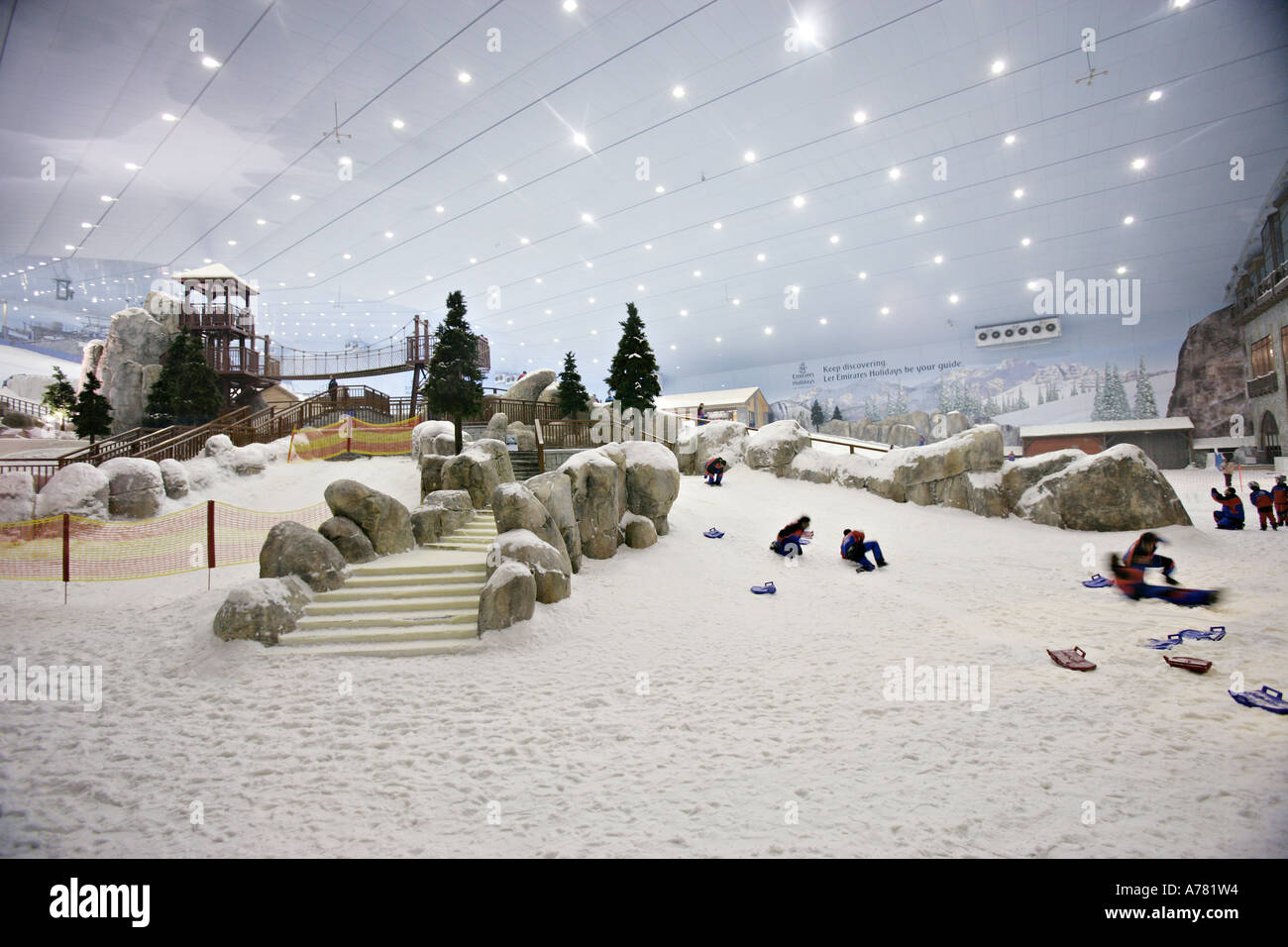 la plus grande piste de ski indoor au centre commercial mall of the emirates duba