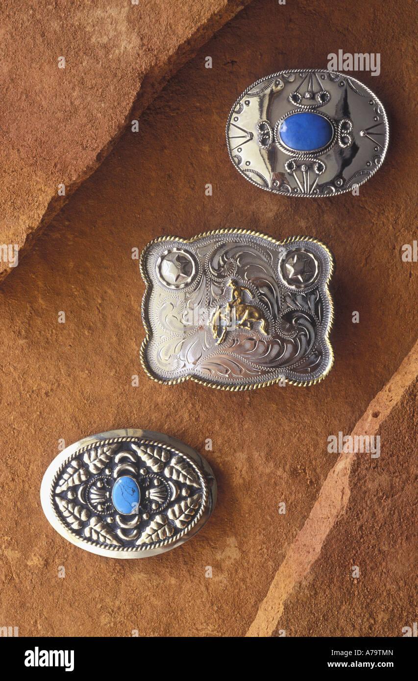 ec35707cc98 Boucles de ceinture en argent et turquoises sur terra cotta Pierre en  céramique. Photo Stock