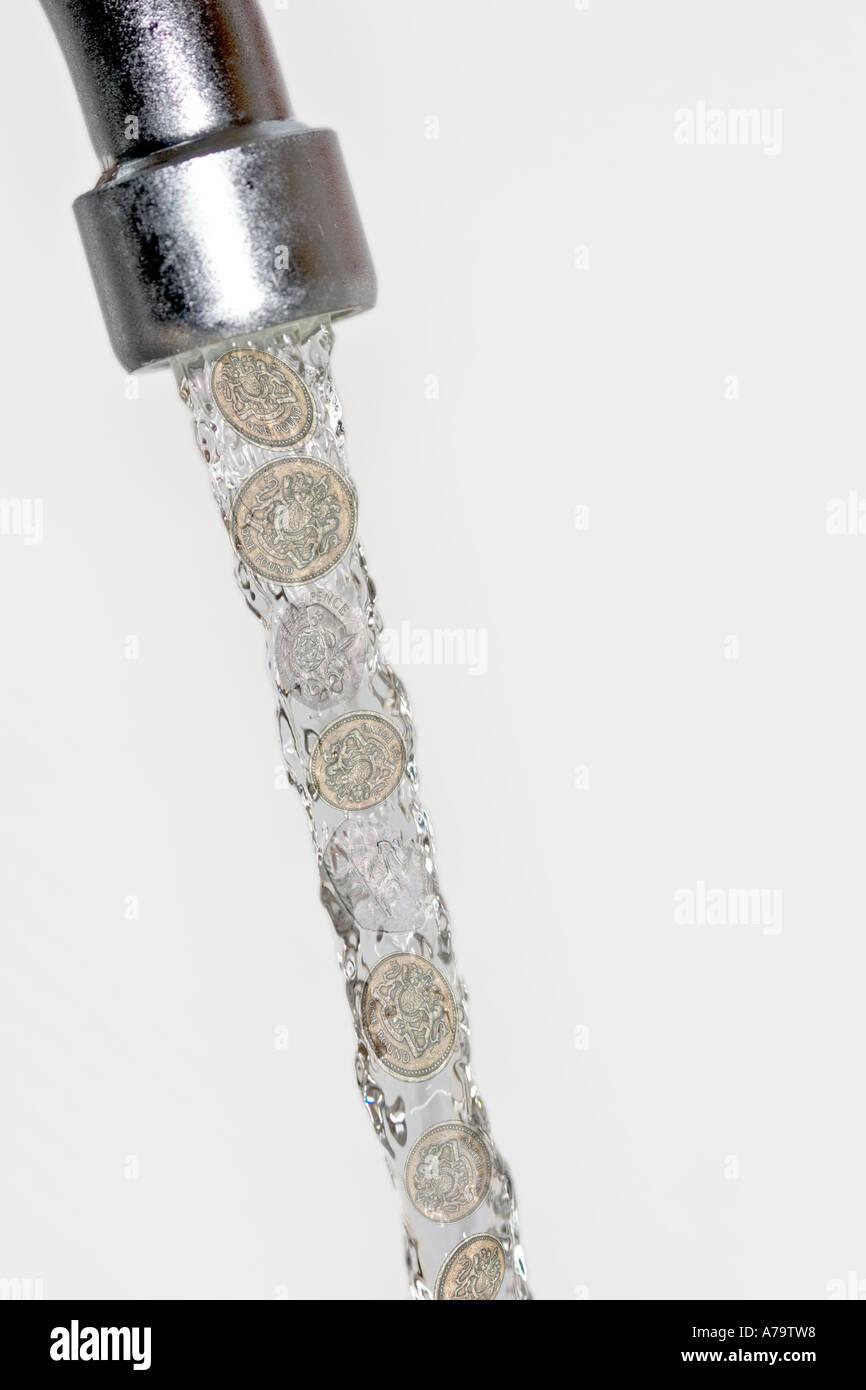 Concept de l'argent en marche dans l'eau de robinet robinet Banque D'Images
