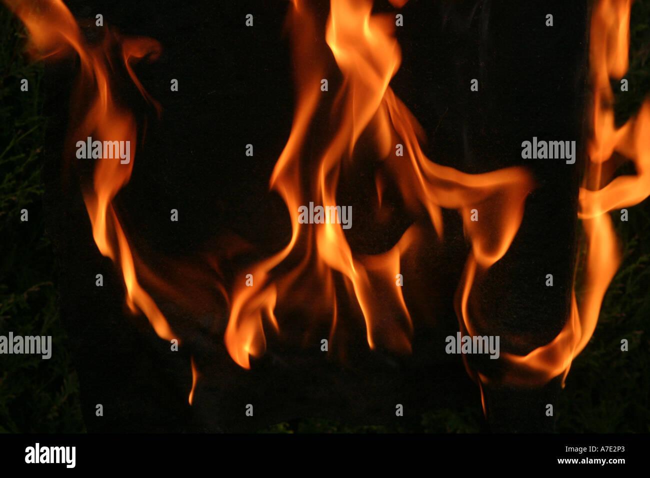 Flammes Orange sur un fond noir Photo Stock