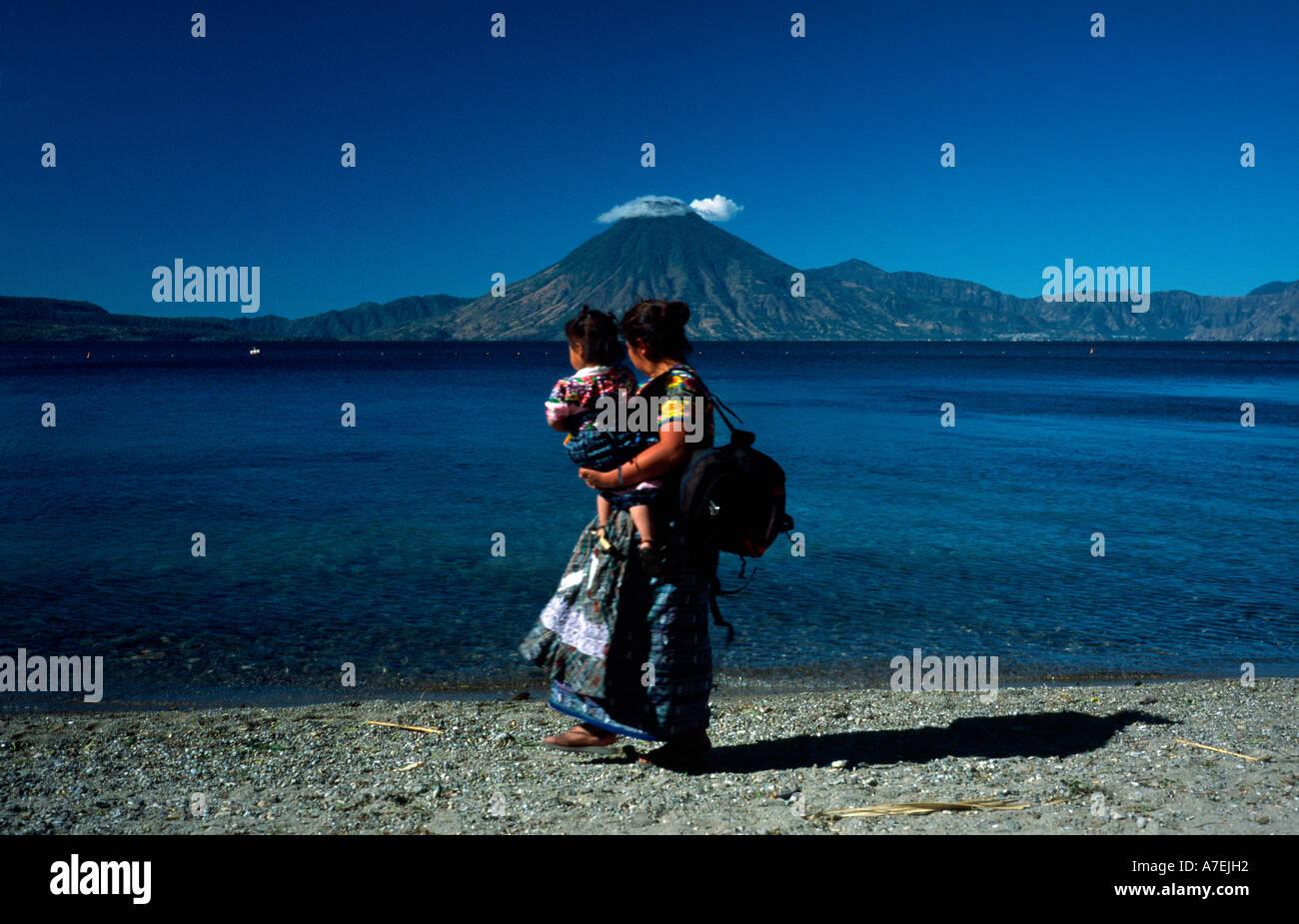 Feb 3, 2002 - femme maya Local porte son enfant sur le bord du Lago de Atitlan à Panajachel au Guatemala. Photo Stock