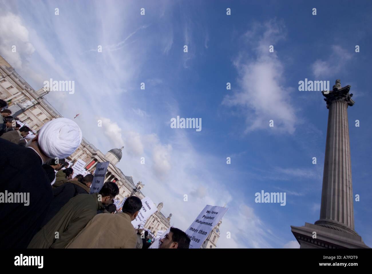 Les caricatures danoises au manifestant musulmans réunis à Trafalgar Square pour écouter interventions avec Nelsons Banque D'Images