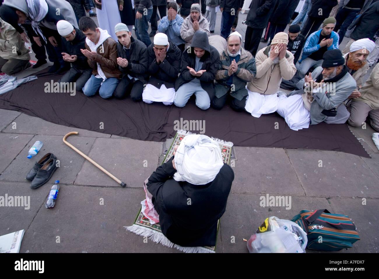 Les caricatures danoises au manifestant musulmans réunis à Trafalgar square prendre du temps pour la prière Banque D'Images