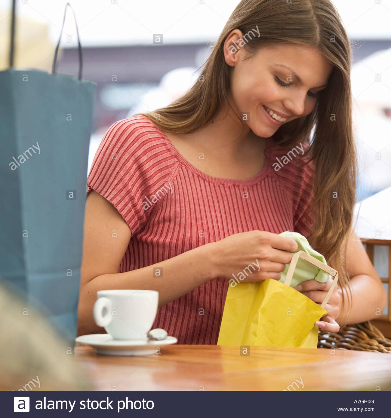 Une jeune femme à la recherche de ses achats Photo Stock