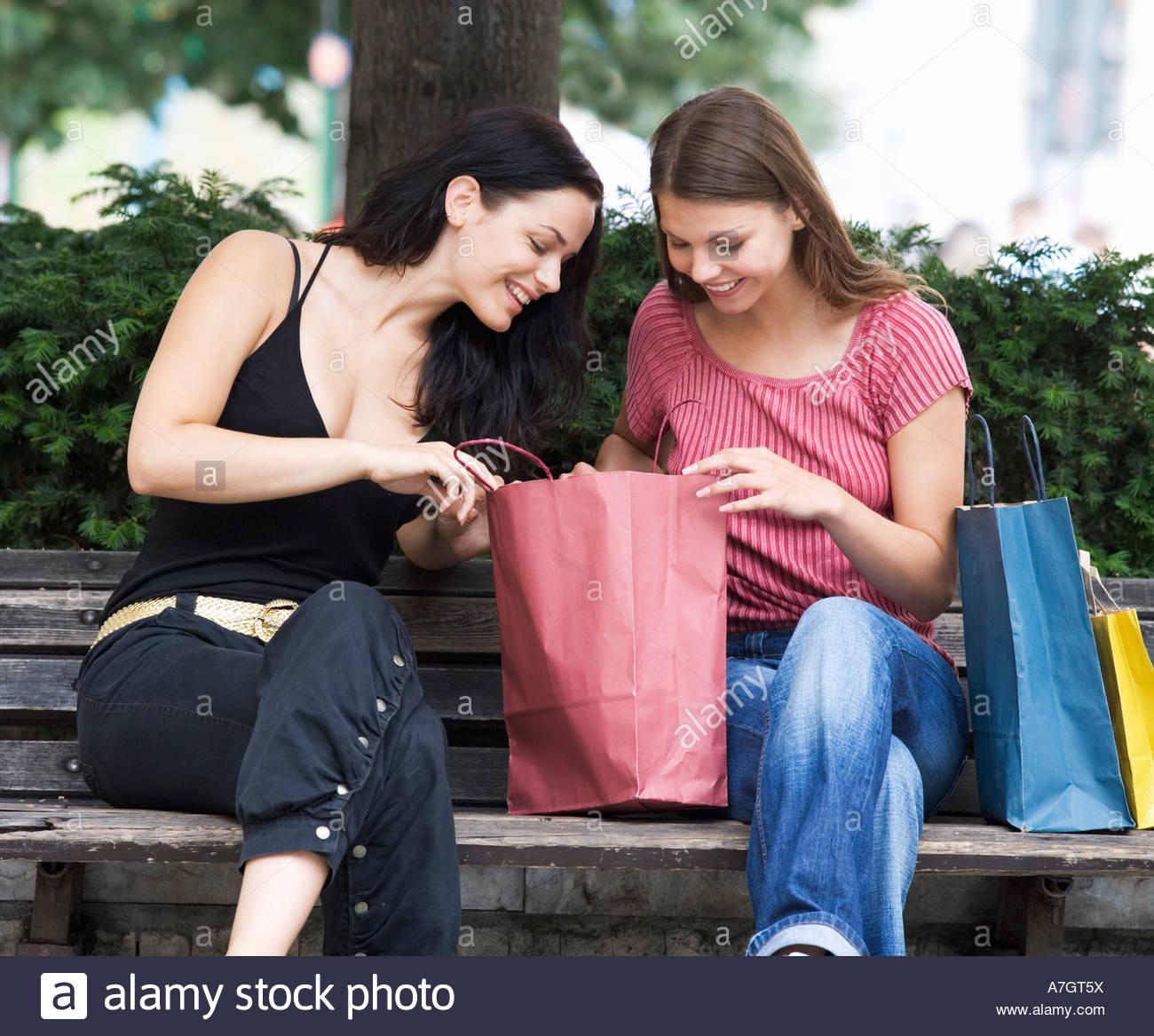 Deux jeunes femmes à la recherche de leurs achats Photo Stock