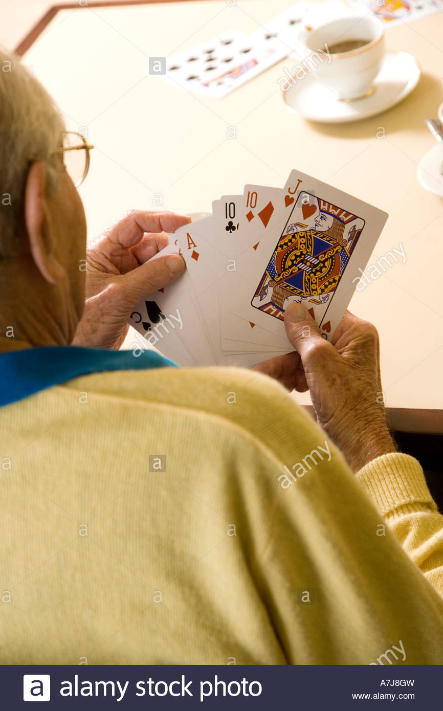 Un homme âgé de cartes à jouer Photo Stock