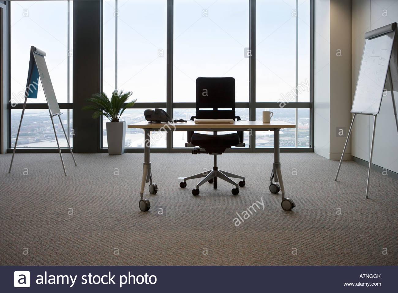 Bureau et chaise de bureau dans la fenêtre de vue de face et de