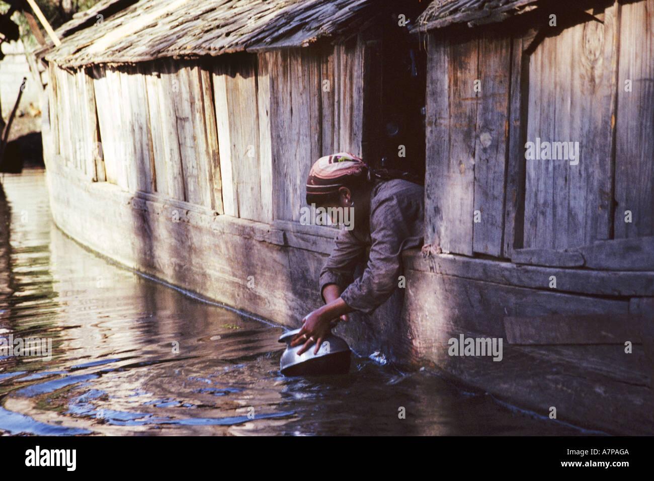 Femme travaillant à son yacht, l'Inde, au Cachemire, Srinagar Banque D'Images