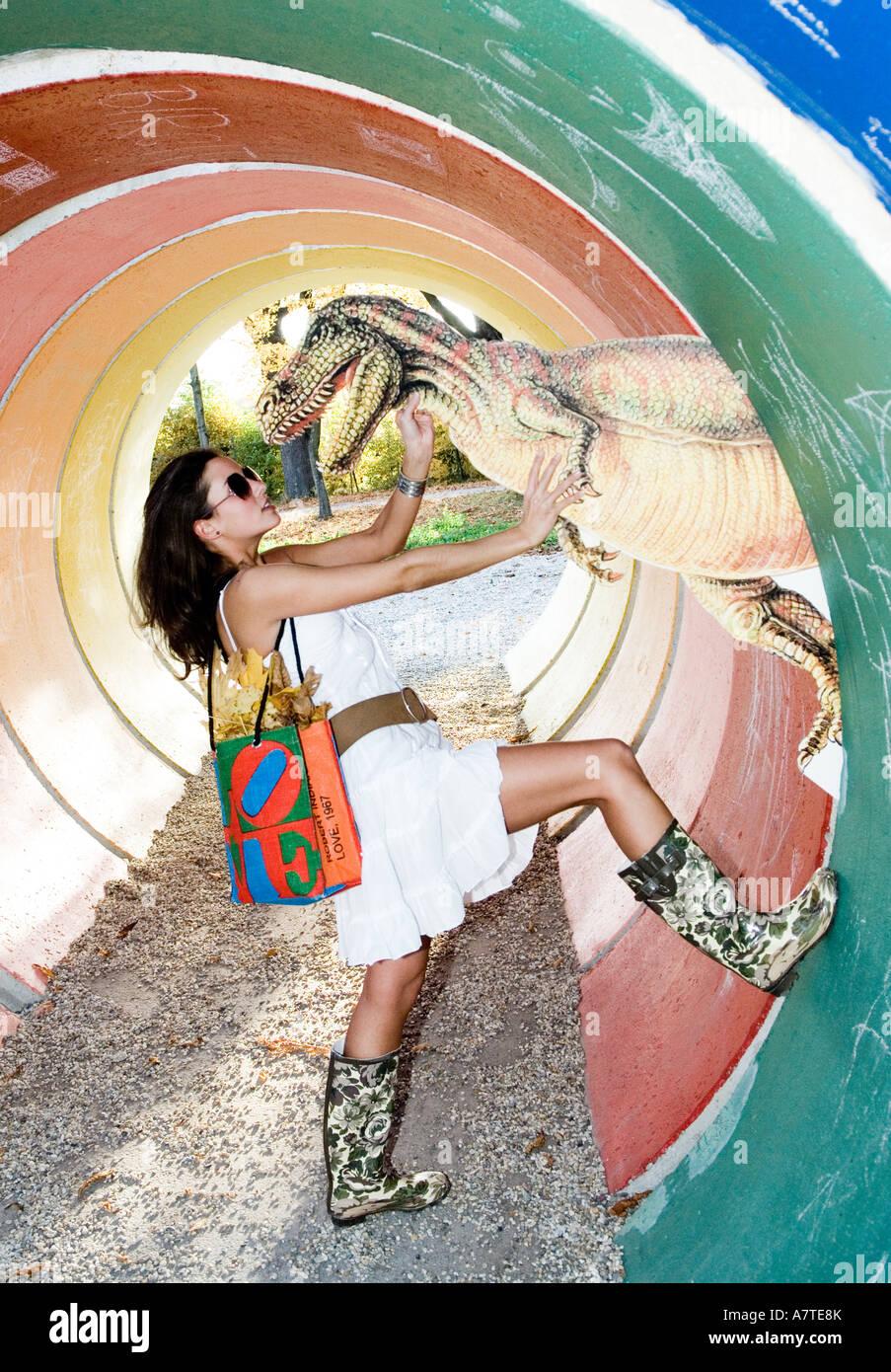 Portrait de jeune femme posant avec des dinosaures, des reptiles Photo Stock