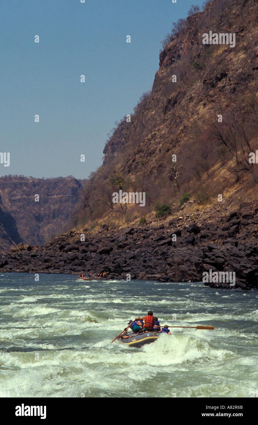 Le rafting dans un canot sur le fleuve Zambèze, Zambie Zimbabwe Afrique du Sud, la frontière Banque D'Images